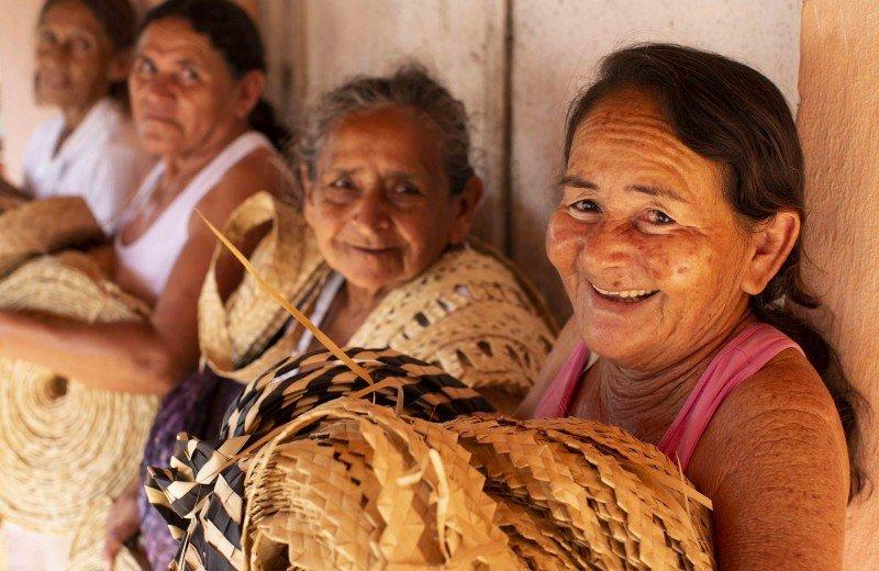 Exposição mostra o trabalho com palha de carnaúba de artesãs que convivem com a seca