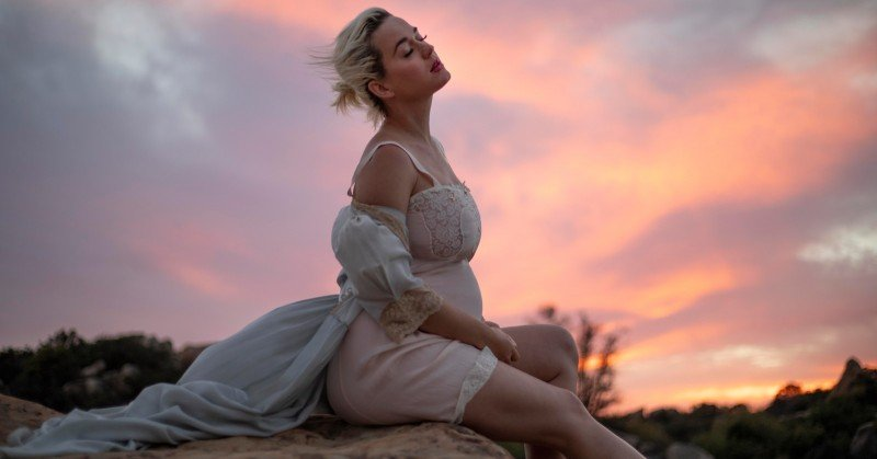 "Katy Perry exibe radiante sua gravidez no videoclipe ""Daisies"""