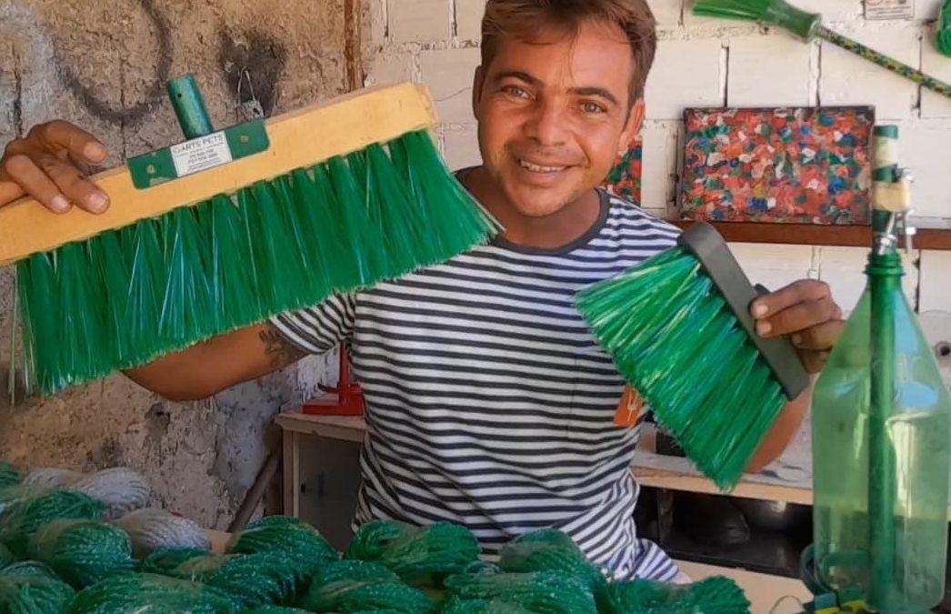 Vida de gari – Do alcoolismo ao sucesso na fabricação de vassouras recicláveis no sertão da Paraíba