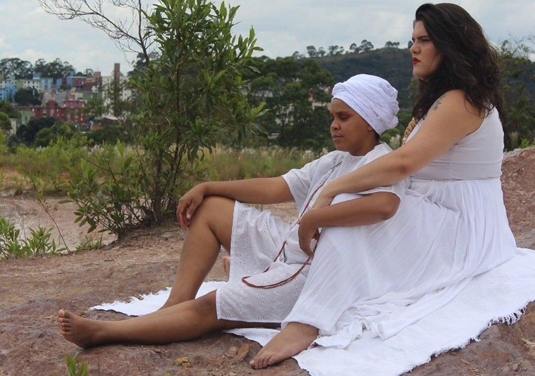 Mulher negra cis lésbica e uma travesti escrevem livro de poesia sobre o amor entre elas