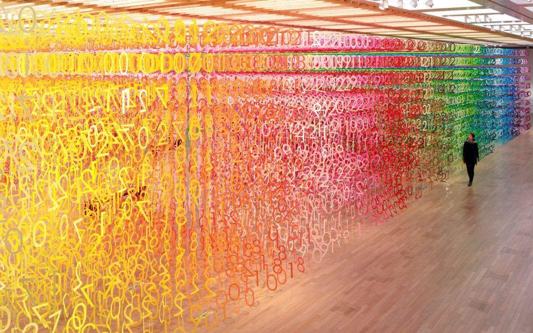 """Mostra """"Floresta de Números"""" traz cem tonalidades de cores diferentes, sendo exibidas de forma simultânea e um mesmo ambiente"""